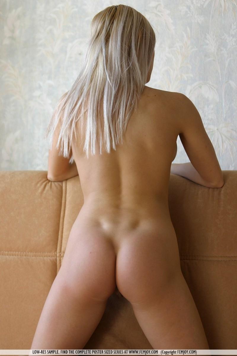devushka-blondinka-golaya